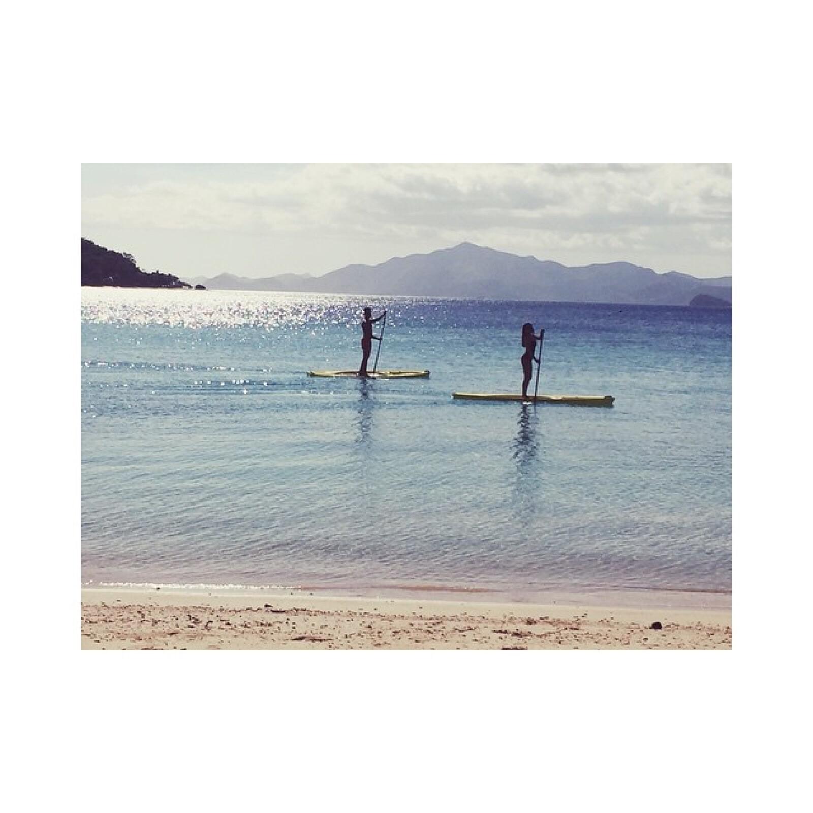 Las amigas practicando un poco de paddleling a la luz de las playas filipinas.