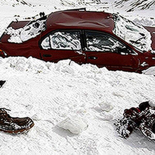 automovil sepultado por avalancha en afganistan