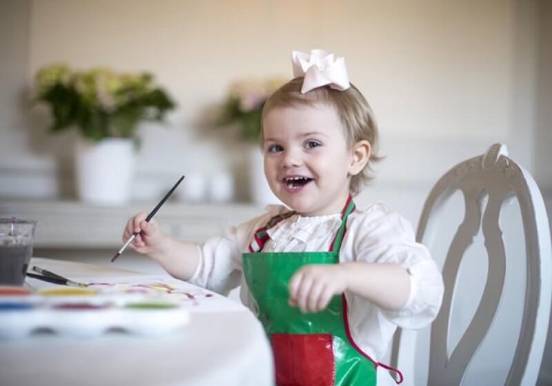 Estelle, hija de los príncipes herederos Victoria y Daniel y futura reina de Suecia, cumplió dos años ayer. La Casa Real publicó algunas imágenes de la sonriente pequeña el día de su cumpleaños.
