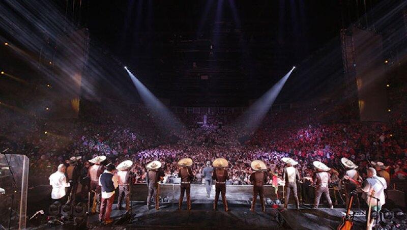 12 mil fanáticos se dieron cita para ver a Alejandro Fernández.