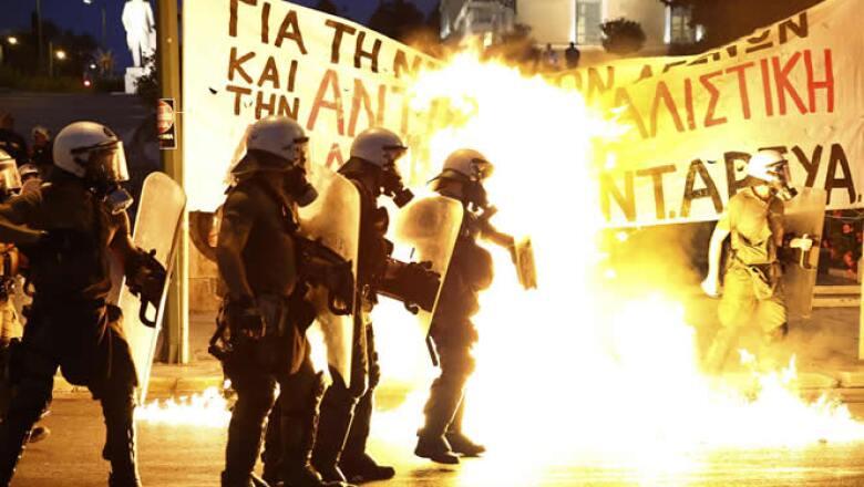 Miles de griegos protestaron el miércoles en Atenas por las medidas de austeridad que incluye un acuerdo entre Grecia y la zona euro, previo a que el Parlamento las aprobara.