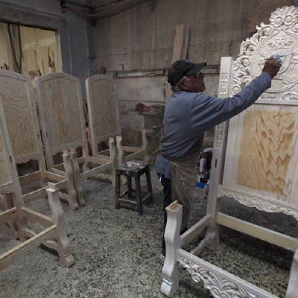 El pintor Jesús Vázquez fue uno de los artesanos para la silla que ocupará Francisco en sus actividades en Chihuahua.