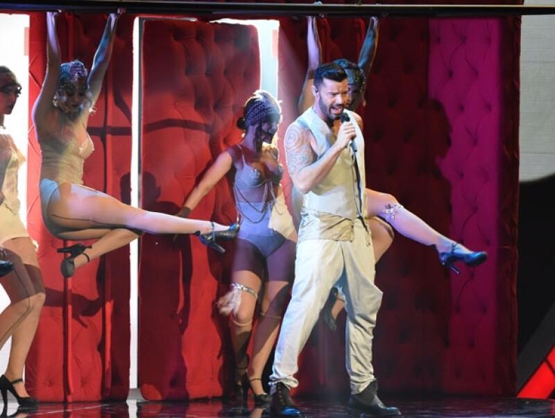 Ricky Martin cantando `Adiós´ rodeado de bailarinas.