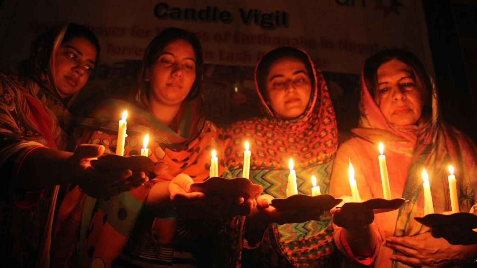 Residentes de Paquistán oran por los miles de heridos que dejó el movimiento telúrico