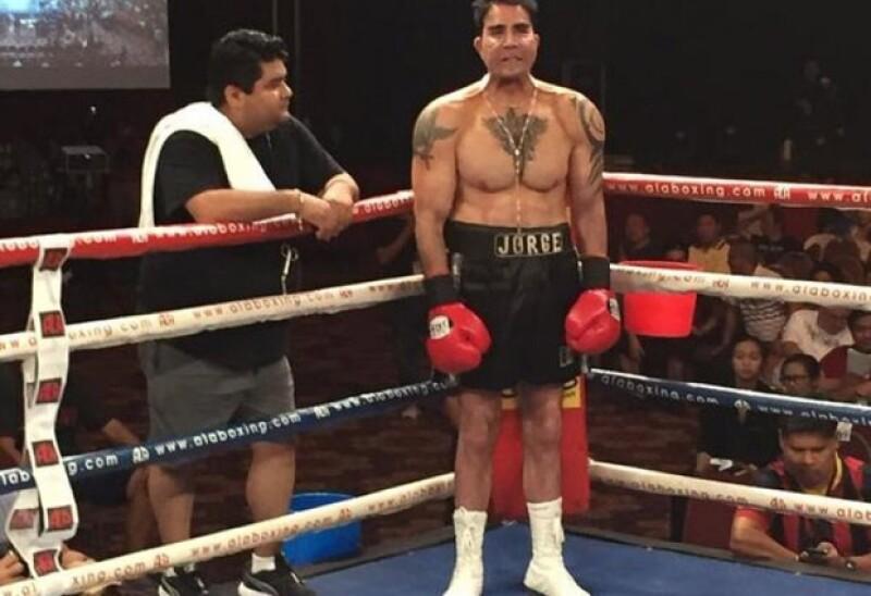 El empresario, político y boxeador regresó al ring, luego de una larga ausencia. Se dijo que se había implantado pectorales, cierto o no es un personaje que ha cambiado a través de los años.