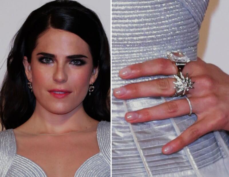 La joyería que lució Karla fue sencilla y muy bien elegida.