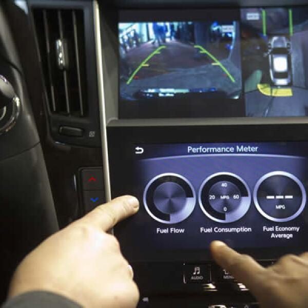 Infiniti InTouch, un sistema de información y entretenimiento, se muestra al interior de un auto Q50S Infiniti.