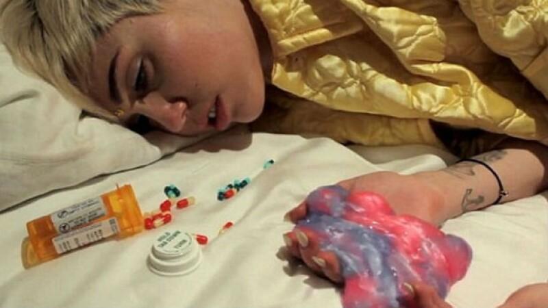 En la vida real, Miley confesó haber sufrido algunas alucinaciones al ser medicada con diversos antibióticos.