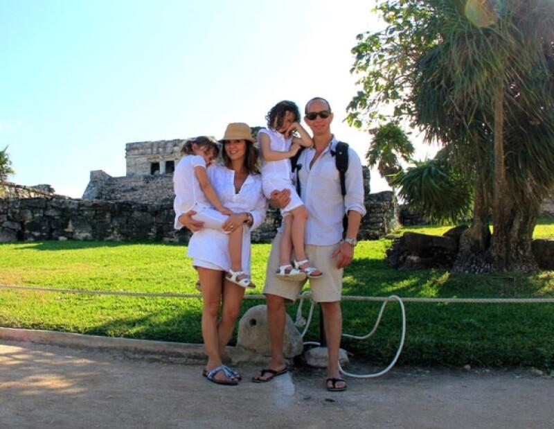 Andrea, Nina, Erick y Mía recibieron el año 2012 en Tulúm, Quintana Roo.