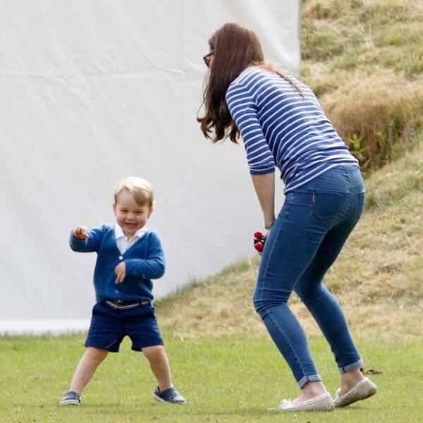 El príncipe disfrutando al aire libre en el Beaufort Polo Club en Gloucestershire.