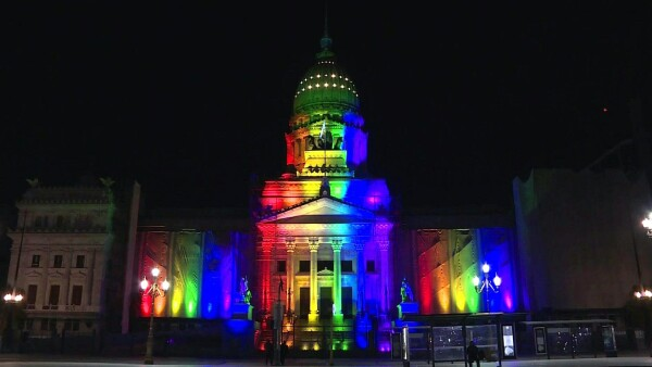 Un Buenos Aires iluminado conmemora una década de matrimonio igualitario