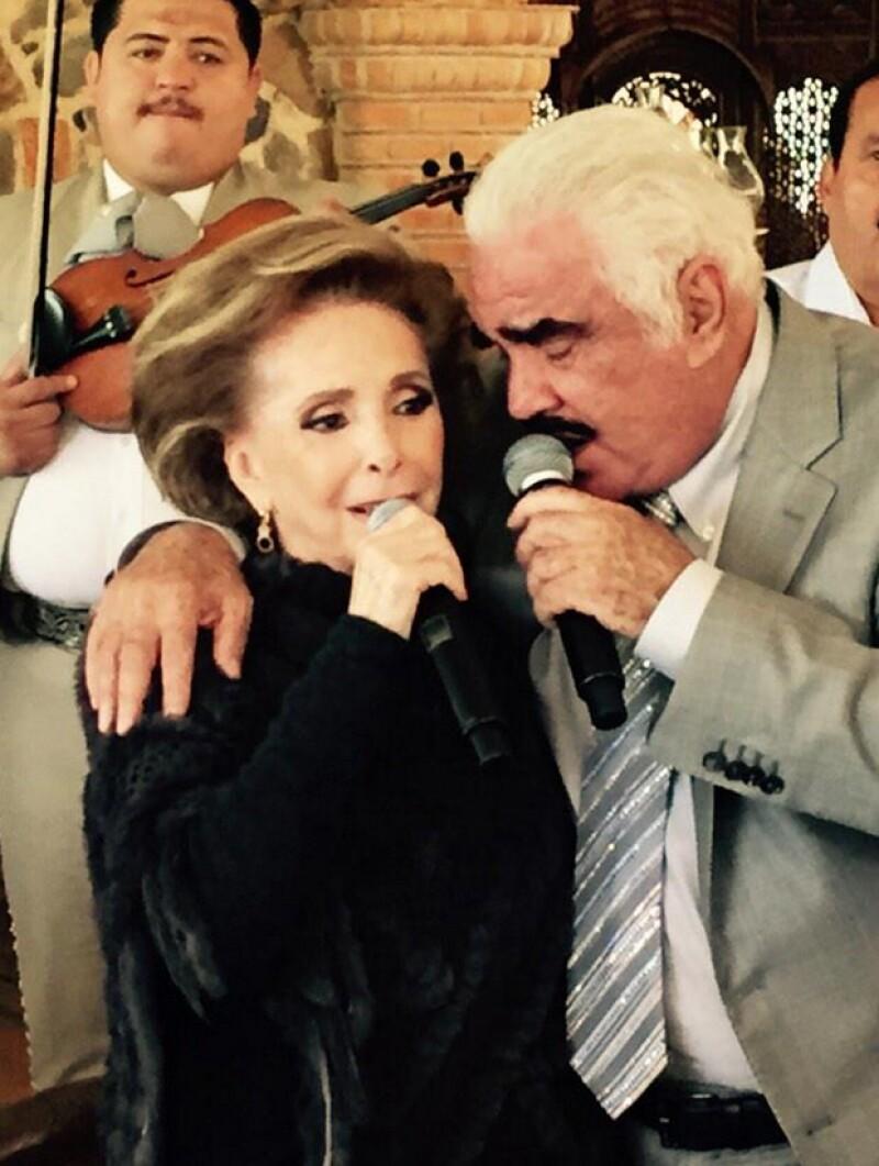 Vicente Fernández y Cuquita Abarca en el reciente cumpleaños del intérprete.