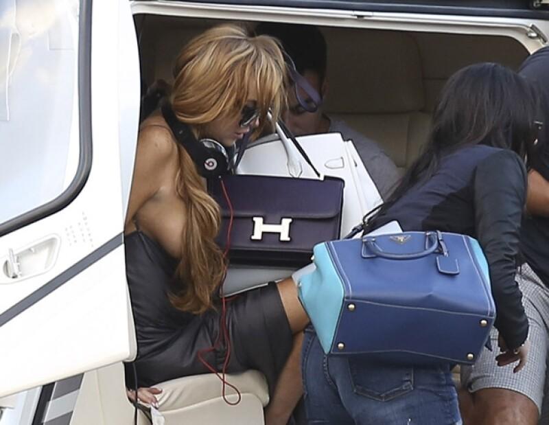 Ni la bolsa Hermés que llevaba pudo protegerla del momento bochornoso.