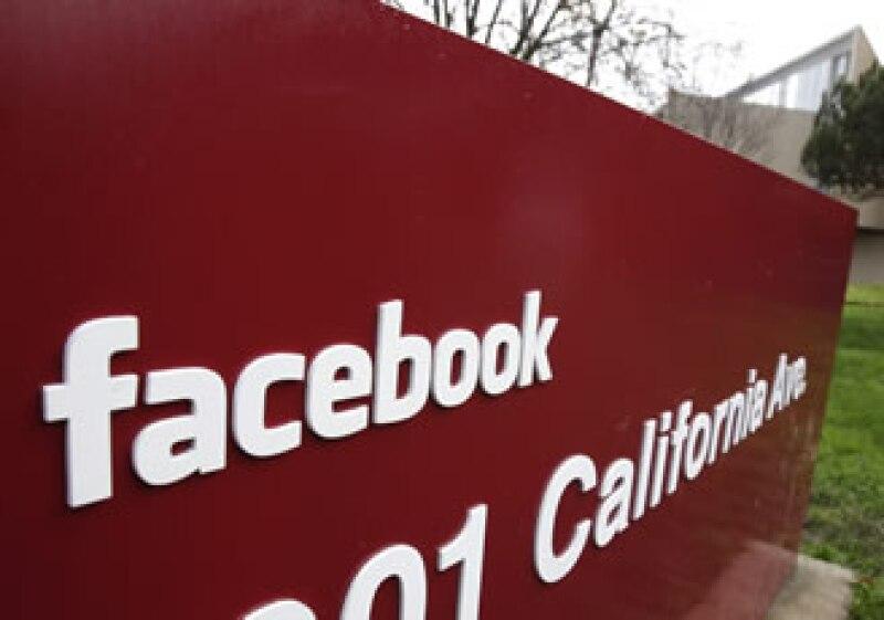 Sólo los clientes que ganan más de 200,000 dólares al año podrán invertir en compañías como Facebook. (Foto: AP)