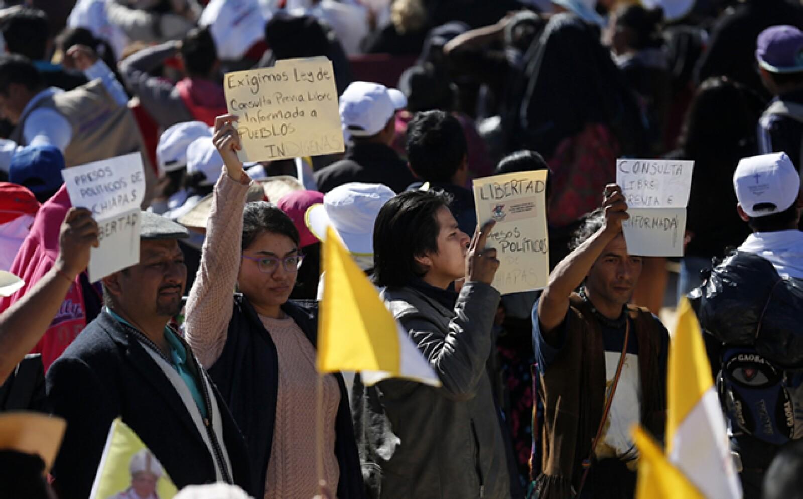 Durante el sermón de la homilía, el pontífice pidió perdón a los pueblos indígenas por el poco reconocimiento a su cultura, algunos asistentes llevaban pancartas de protesta.