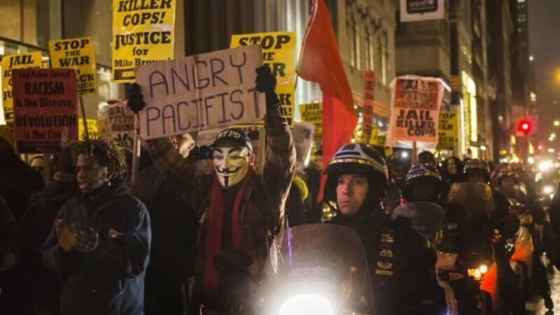 Manifestantes en la Quinta Avenida de Manhattan protestan este martes contra el supuesto racismo de la policía de Nueva York