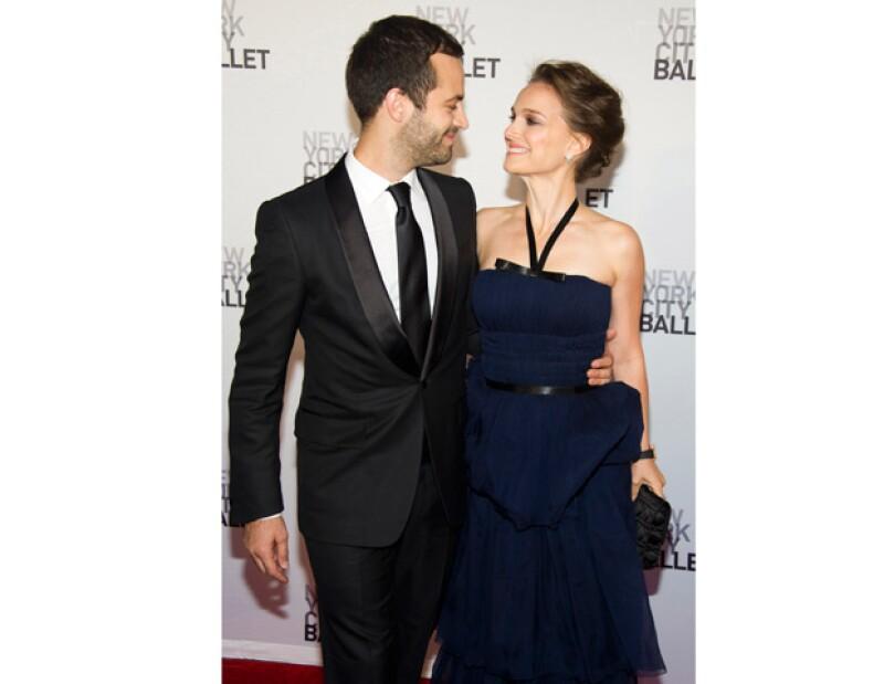 """A pesar de que la joyera que diseñó el anillo de la actriz dijo que ya se habían casado, una publicación estadounidense publicó que la pareja podría """"dar el sí"""" en agosto."""