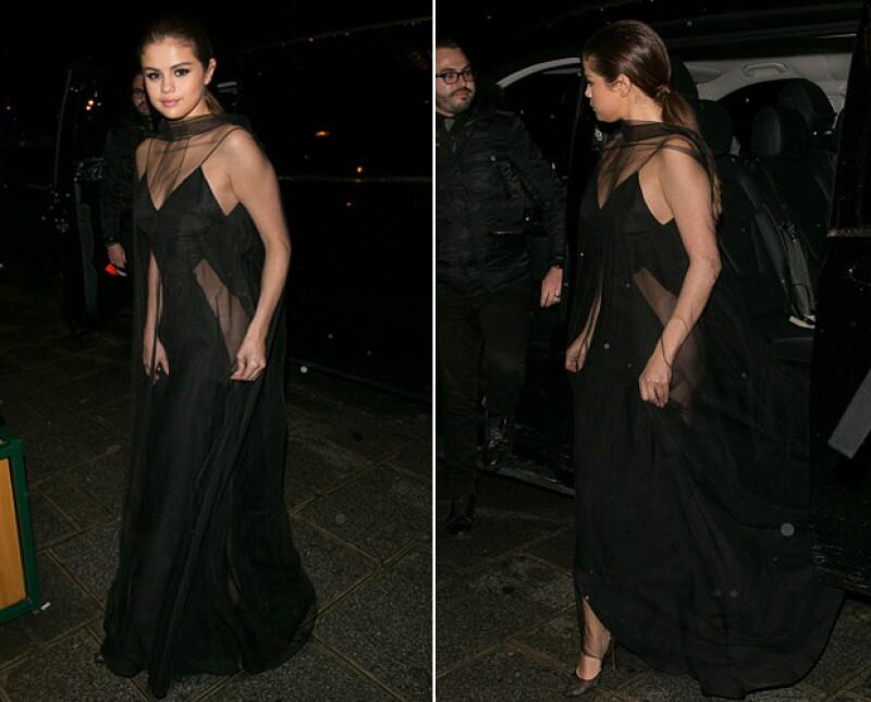 Selena estuvo a punto de enseñar de más con este vestido con arriesgadas transparencias a los lados.