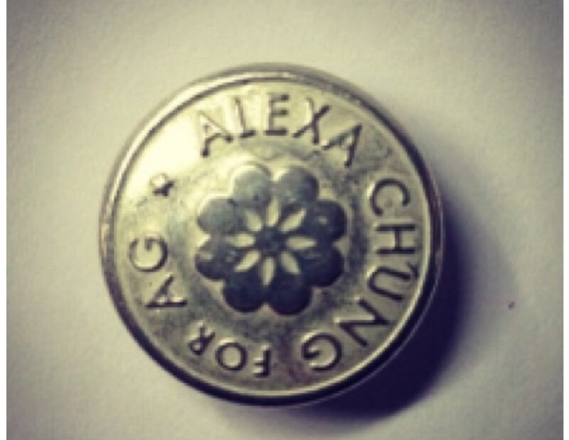 Alexa no se limitó en mostrar los avances de su colección, mostrando uno de los botones que tendrán su sello.