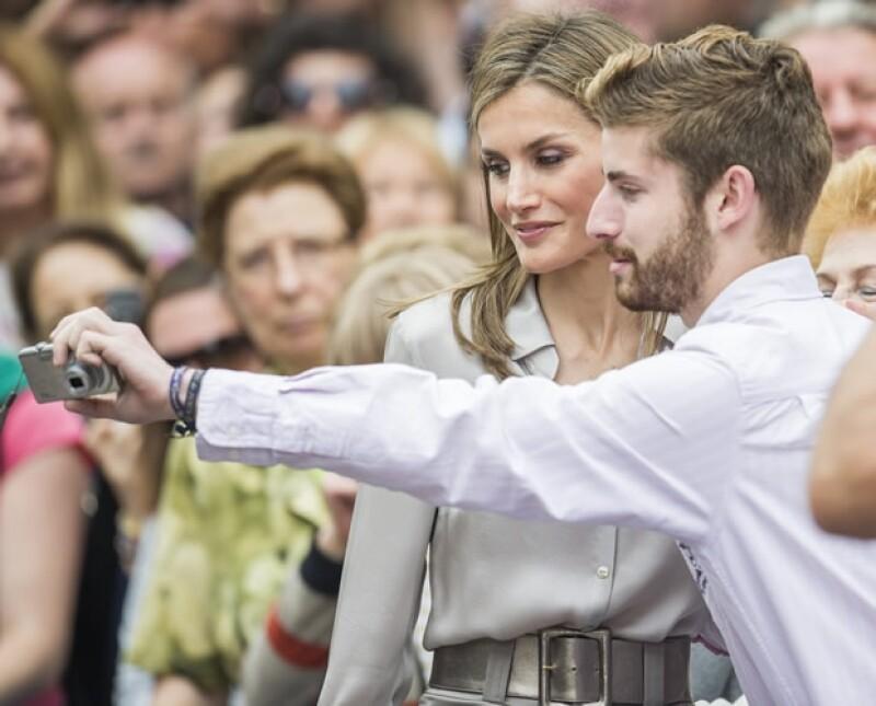 ¿Selfie? ¡Por qué no! Letizia no se negó a la petición de uno de los presentes al evento en el Conservatorio Superior de Música de Asturias.