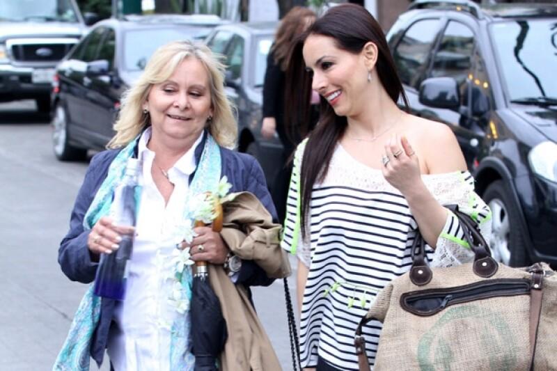 """Nos encontramos a la actriz de """"Amoratados"""" en Polanco en compañía de su mamá, ambas lucían muy sonrientes y platicadoras."""