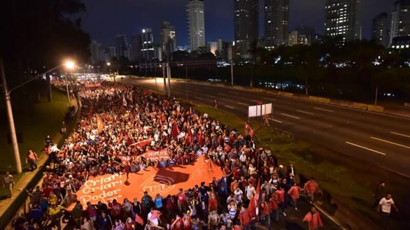 Un grupo de ciudadanos de Sao Paulo marchó contra la falta de viviendas y el mal estado de los servicios públicos