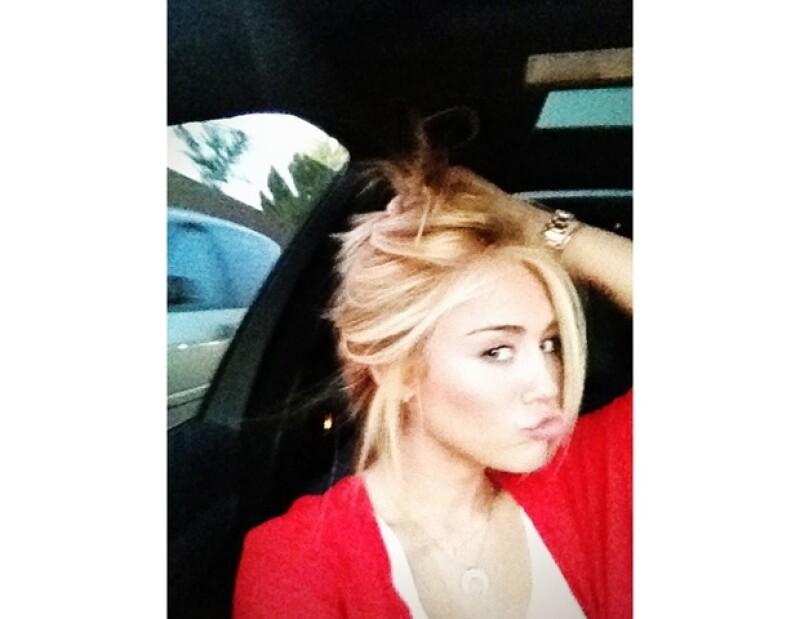 La cantante estadounidense cambió su color de pelo castaño claro a un rubio brillante, lo que deja ver que está probando nuevos looks antes de su boda.