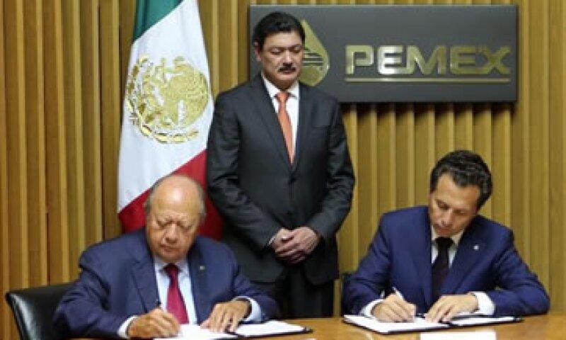 El líder sindical Carlos Romero (izq) y el director de Pemex, Emilio Lozoya (Foto: Pemex/Cortesía)