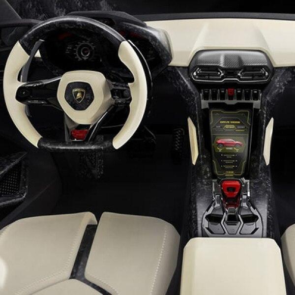 Su interior es capaz de acoger a cuatro pasajeros, quienes estarán rodeados de elementos fabricados en fibra de carbono y cuero italiano.