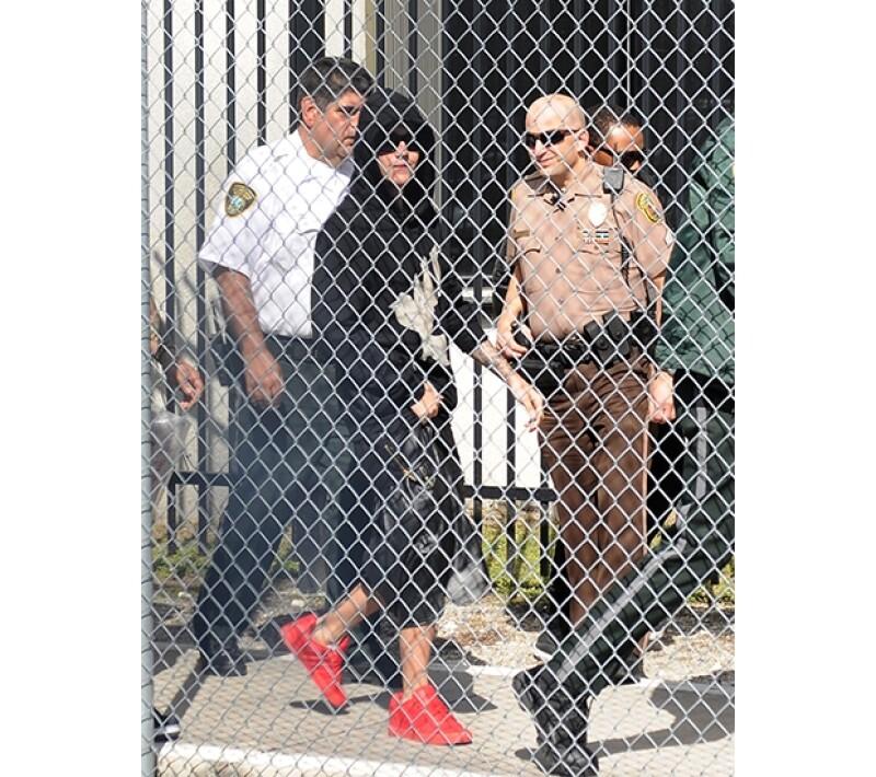 El día de hoy se filtró un video de la estación de policía en la que fue registrado el cantante tras su arresto la madrugada del 23 de enero en Miami.