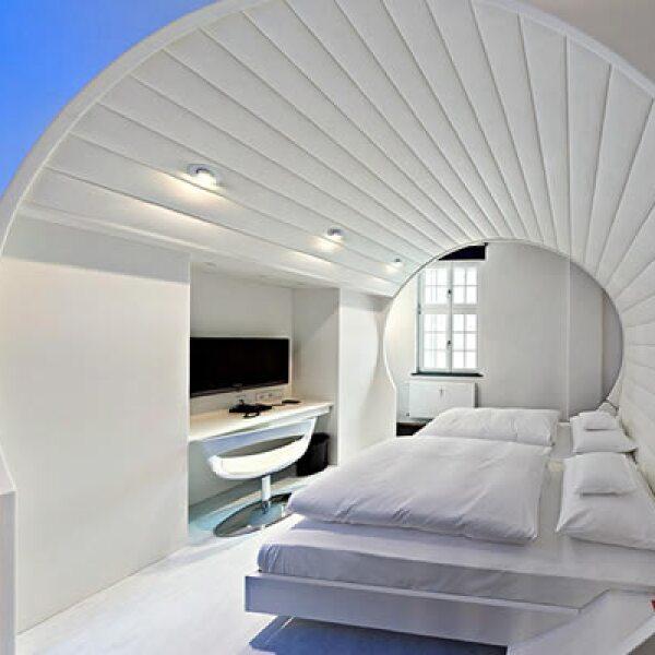 Dentro de las habitaciones destaca una inspirada en un taller antiguo, una estación de servicio, la Ruta 66 e incluso una habitación que simula un túnel de lavado, entre otras.