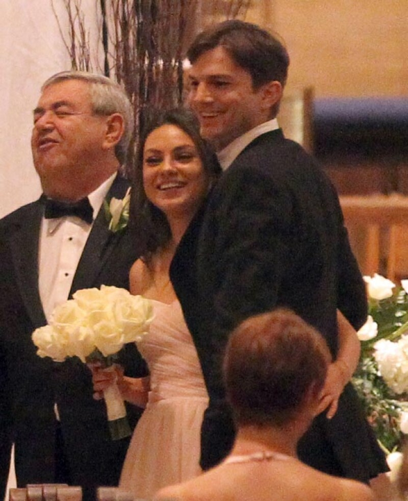No fue su propia boda pero como si lo fuera. La pareja de actores se mostró de lo más enamorada durante el enlace de Michael Kunis en el que Mila fue dama de honor.