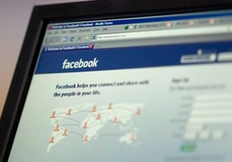 El 35% de los trabajadores mexicanos consulta sus perfiles en las redes sociales online al menos una vez al día. (AP)