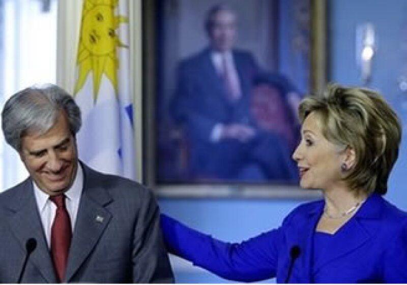 En la conferencia conjunta con el presidente uruguayo Tabaré Vázquez, Clinton pidió a Venezuela ser más transparente en su política de compra de armas. (Foto: AP)
