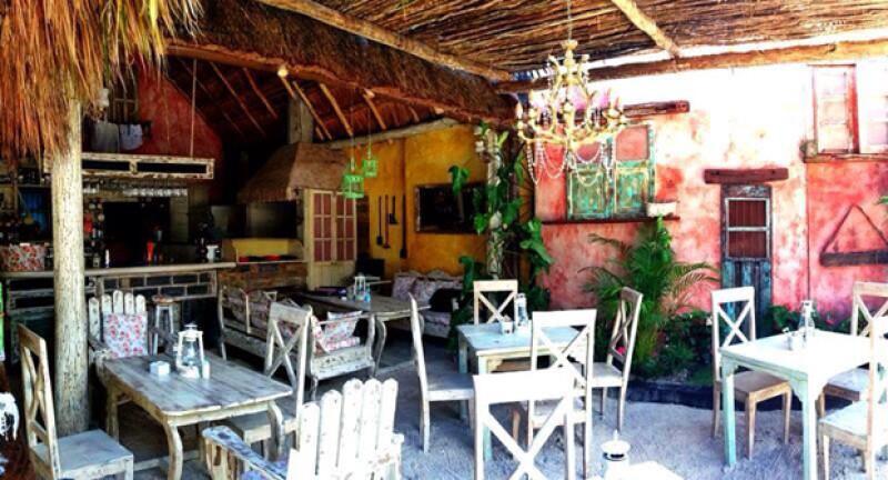 Ya inició el verano y si eres de los que emprenderá el viaje a la Riviera Maya no puedes dejar de pasar las alternativas para comer deli, y te damos otros consejos muy útiles.