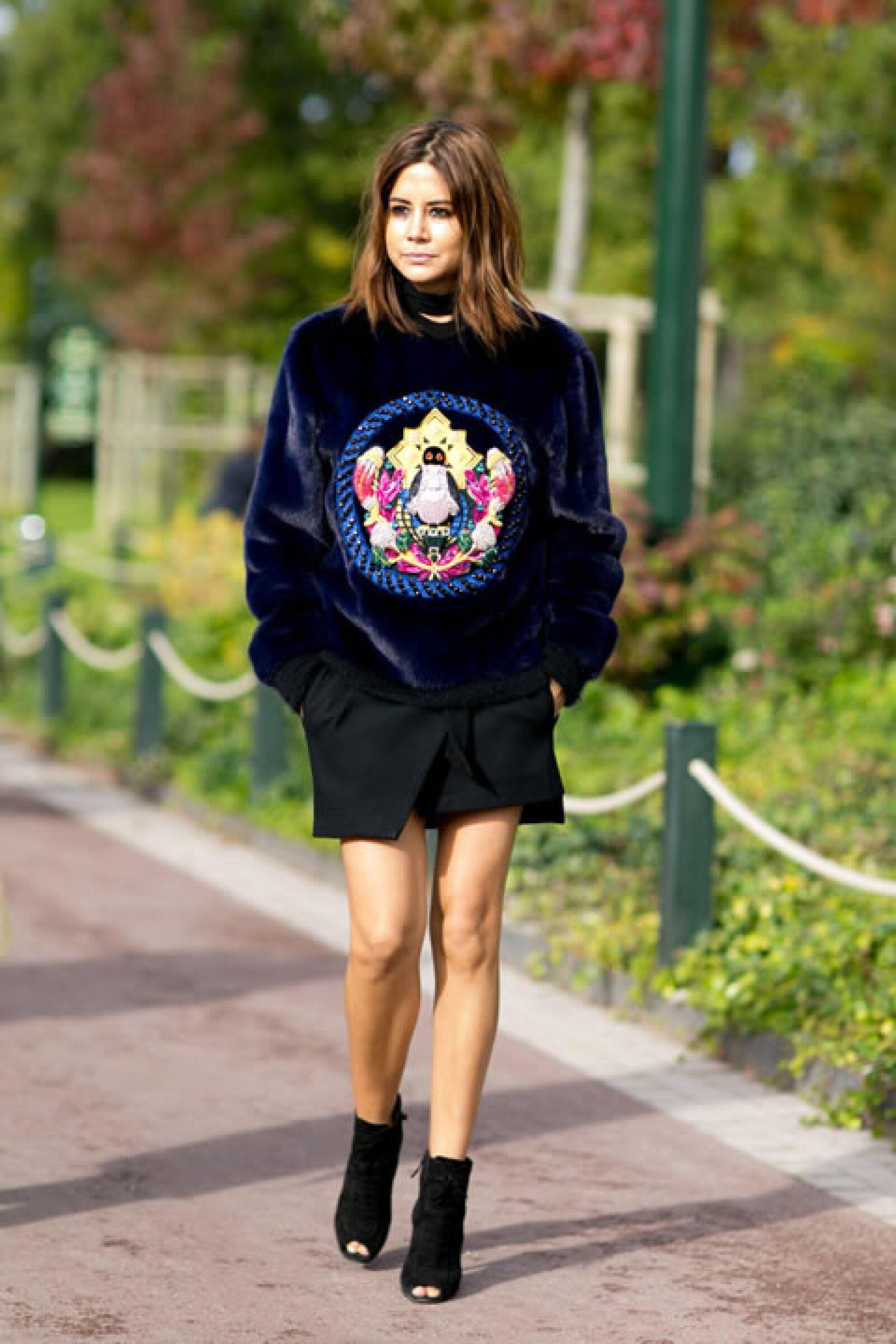 Oversized sweatshirts y mini faldas. ¿Existirá un mejor complemento?