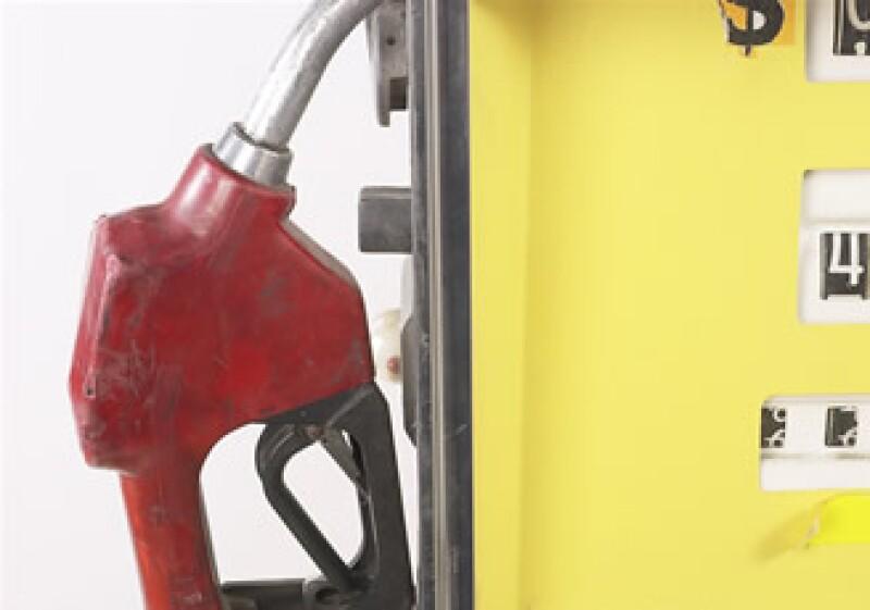 La gasolina Magna sube este sábado 8 centavos, con ello se mantiene el desliz mensual que estableció la SHCP. (Foto: Jupiter Images)