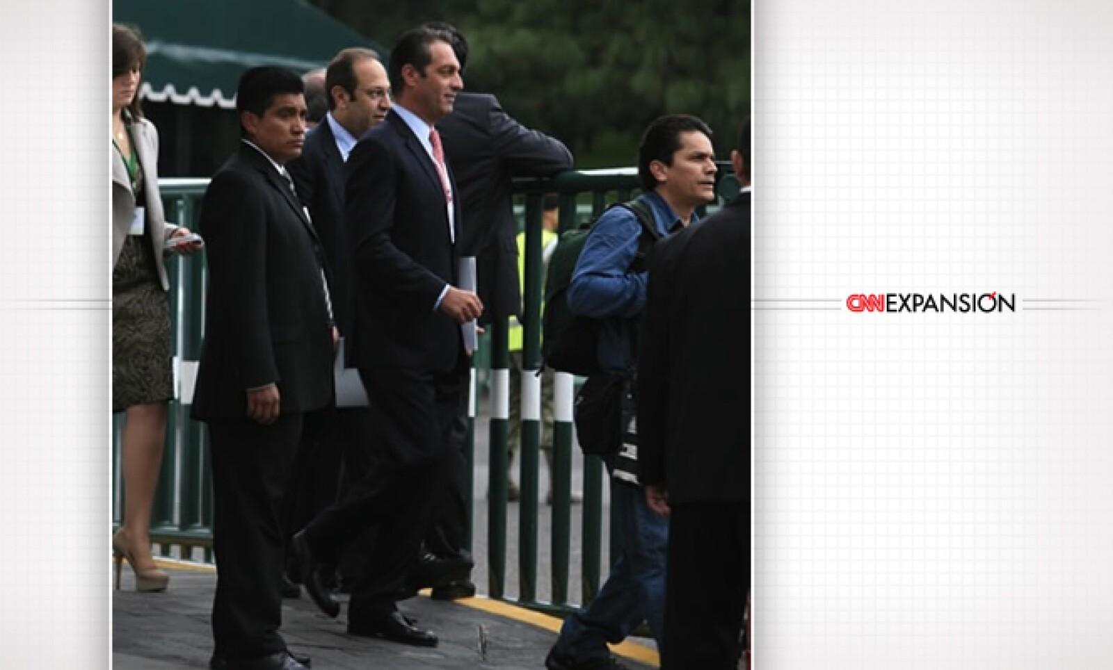 Carlos Slim Domit (corbata roja), presidente del Consejo de Telmex, y Marco Slim Domit (atrás, a su izquierda), presidente de Grupo Financiero Inbursa.
