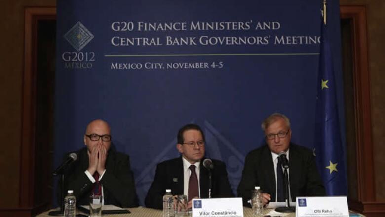 Victor Constancio (centro) vicepresidente del Banco Central Europeo y Olli Rehn (derecha) comisario europeo de Asuntos Monetarios en conferencia de prensa.