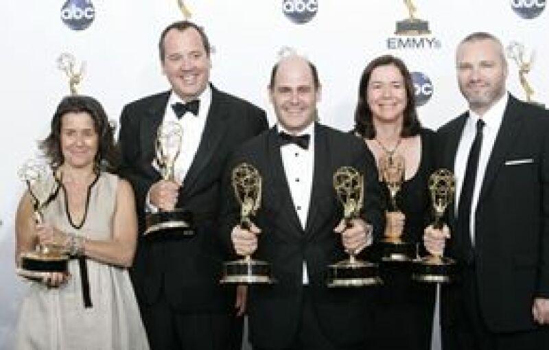 MAD MEN. Al centro el productor ejecutivo d ela serie, Matthew Weiner, acompañado por varios miembros de la producción.