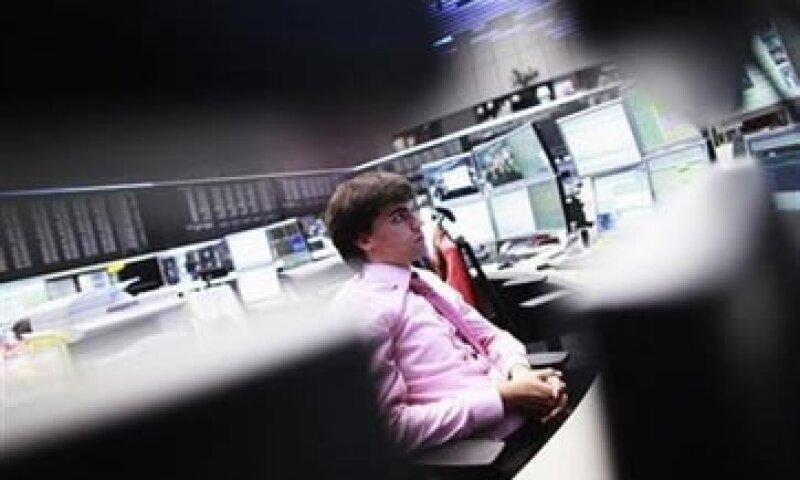 La prohibición de operaciones en posiciones cortas limitó el daño para los títulos de los bancos.  (Foto: Reuters)