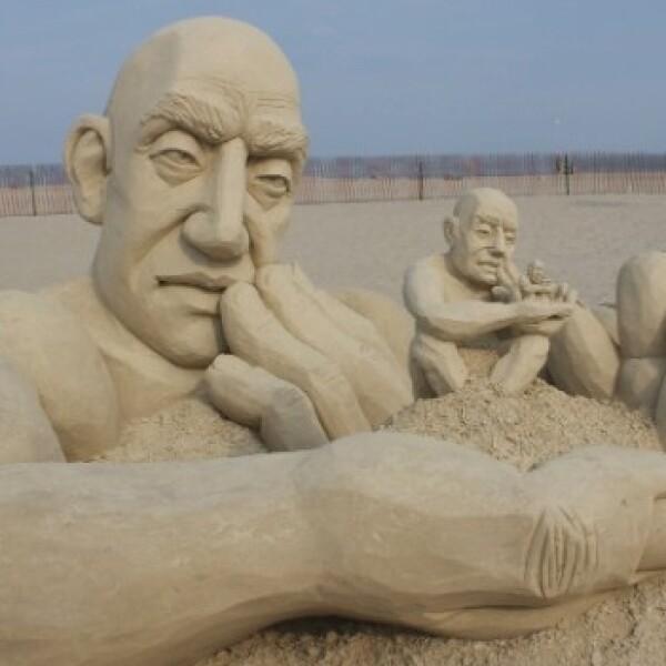 El ganador de la Competencia de Maestros de Escultura en Arena en Hampton Beach, Carl Jara, con su escultura Infinity