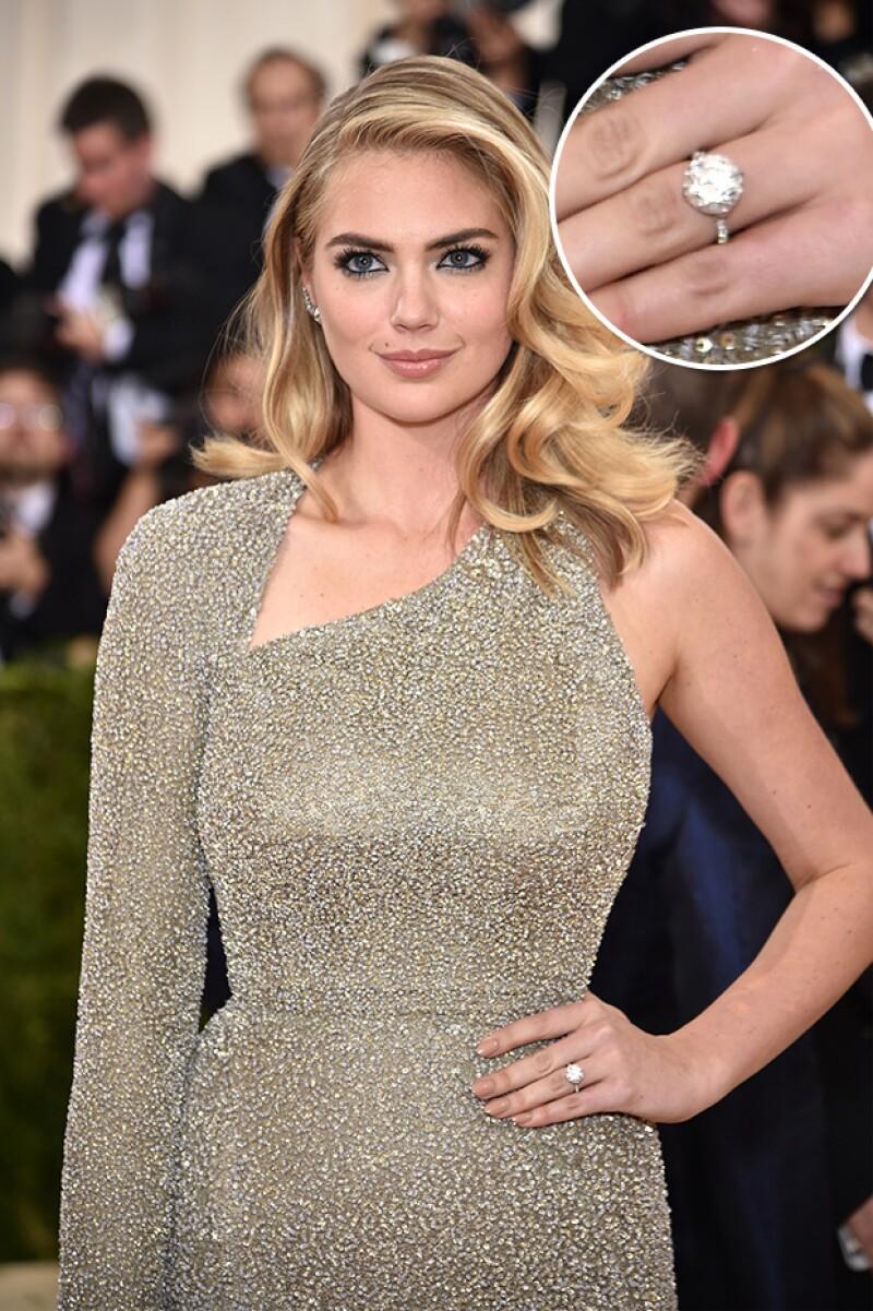 La modelo y actriz anunció su compromiso con su novio este lunes durante su paso por la alfombra roja de la gala del Met.