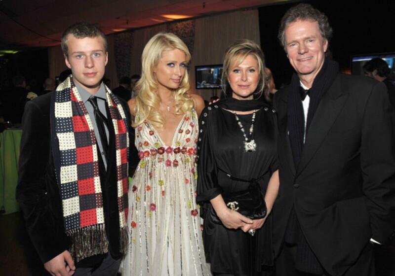 Conrad con su famosa hermana Paris y sus papás, Kathy y Rick Hilton.