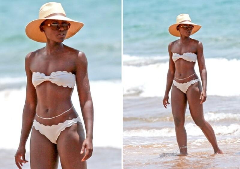 La actriz se dejó ver presumiendo un bikini color marfil en las playas de Maui dejando claro que no sólo es talentosa sino que además presume un cuerpo súper fit.