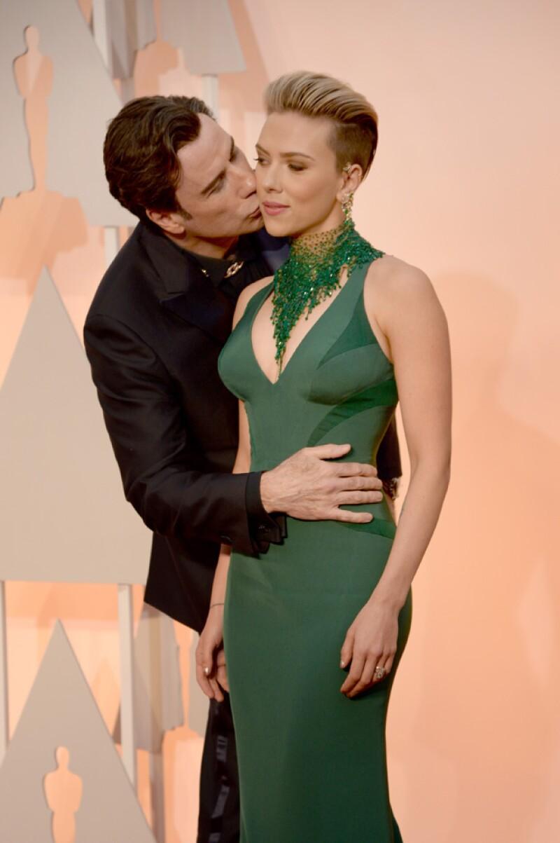Scarlett sonrió nerviosamente al confirmar la presencia de Travolta detrás suyo.