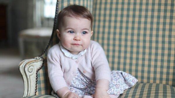 La princesa Charlotte de Cambridge, hija de William y Kate, fue fotografiada a los seis meses por su mamá en Anmer Hall, su residencia en Norfolk.