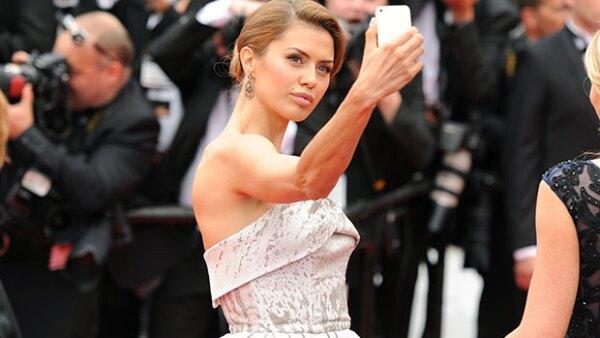 """El famoso evento de cine busca evitar que sus asistentes tomen fotos en la alfombra roja,  pues además de quitar tiempo, los organizadores opinan que esta práctica es """"ridícula y grotesca""""."""