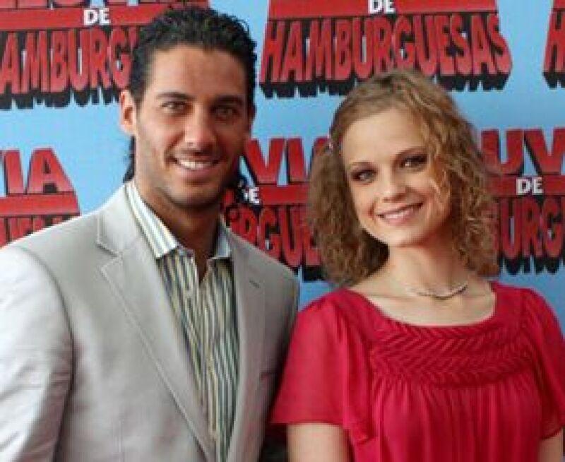 Acompañado de Ana Layevska, el actor asistió a la premier de la película animada Lluvia de hamburguesas, que se estrenará el 16 septiembre próximo.
