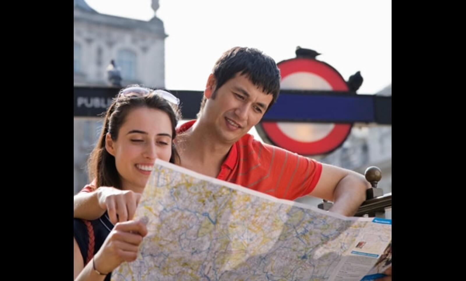 El metro de Londres, uno de los más concurridos del mundo, fue construido a principios de 1800. Cuenta con 11 líneas que conectan el centro del destino y el costo del boleto varía entre 3 y 4 libras.
